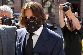 (تصاویر) جانی دپ برای شرکت در دادگاهی در لندن علیه روزنامه انگلیسی سان با ماسک حاضر شده است