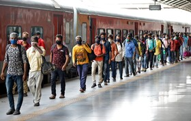 (تصاویر) صف سوار شدن به قطار در احمد آباد هند