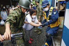 (تصاویر) نجات ساکنان منطقه ای در کومامورا در ژاپن از سیل