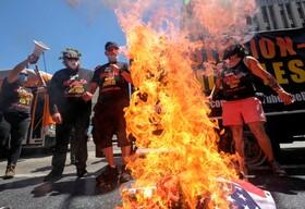 (تصاویر)آتش زدن پرچم آمریکا در لوس آنجلس آمریکا