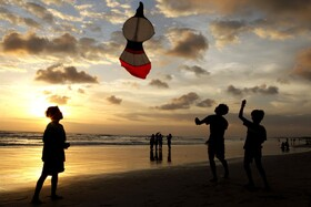 (تصاویر) بادبادک بازی در ساحل پس از کاهش محدودیت های کرونا در اندونزی