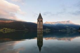 (تصاویر)برج کلیسایی که با ساخت سدی در بلزانو در شمال ایتالیا در سال 1950 زیر آب رفته است
