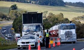 (تصاویر)پلیس در استرالیا در مطقه ای که مقررات قرنطینه اعمال می شود خودرو ها را بررسی می کند