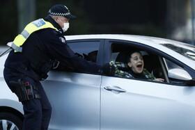 (تصاویر)تلاش فردی برای فرار از دست پلیس که قصد دستگیری وی را به دلیل نقض قرنطینه دارد در استرالیا