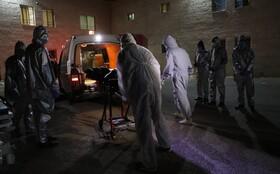 (تصاویر)حمل جسد زنی در نابلس در ساحل غربی رود اردن برای تدفین توسط کارکنان بهداشتی فلسطینی آماده می شود