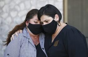 (تصاویر)دنیس گارسیا سمت چپ مادر جیمز کارسیا که با شلیک گلوله پلیس فونیکس آمریکا کشته شده در کنار راکل کران نماینده کنگره از آریزونا در یک کنفرانس مطبوعاتی خواستار انتشار فیلم دوربین بدنی پلیس شد تا علت دقیق مرگ فرزندش روشن شود