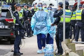 (تصاویر)کارکنان بهداشتی در محله ای در ملبورن همراه پلیس در تلاش برای آزمایش ساکنان هستند