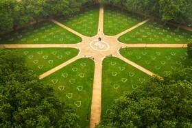(تصاویر)علامت گذاری پارکی  در انگلیس برای رعایت فاصله اجتماعی
