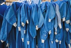 (تصاویر)لباس های محصوص کارکنان بهداشتی در مرکزی که در آفریقای جنوبی بیماران کرونایی بستری هستند
