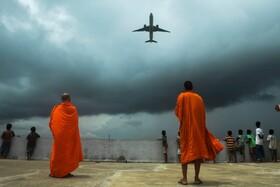 (تصاویر)مدرسه و خوابگاه بودایی ها در کلکته و هواپیمایی که از فراز سرآنان می گذرد