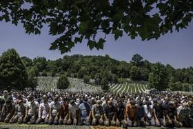 (تصاویر)مسلمانان بوسنی در مراسم تشعیع جنازه های یافت شده از کشتار جمعی صرب ها نماز می خوانند