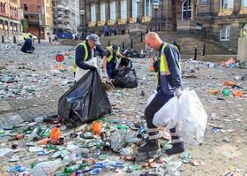 (تصاویر) پاکسازی میدان شهر لیدز پس از چشن هواداران فوتبال در این شهر