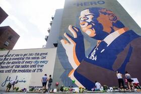 (تصاویر) تصویر یادبودی از جان لوئیس فعال مدنی و حقوق سیاهان در آتلانتای آمریکا که مردم در کنار آن گرد آمده اند