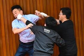 (تصاویر)درگیری دز پارلمان تایوان میان اعضای حزب حاکم و حزب مخالف