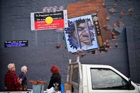 (تصاویر) تیم گایدر هنرمند استرالیایی نقاشی دیواری را نهایی می کند که در حمایت از بومیان این کشور و حقوقشان طرحی کرده است