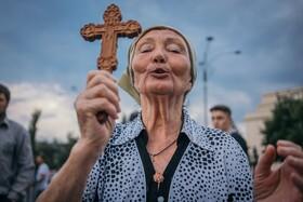 (تصاویر) دعا در بخارست برای سلامتی بیماران کرونا