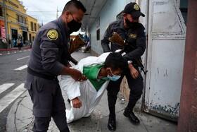 (تصاویر) ماموران گارد زندان در کواتمالا زندانی را که مبتلا به بیماری کرونا ست بیمارستان زندان انتقال می دهند