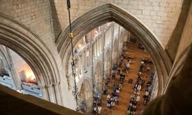 (تصاویر) نخستین مراسم مذهبی در کلیسایی در انگلیس پس از کاهش محدودیت های کرونا