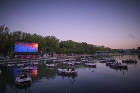 (تصاویر) نمایش فیلم در کنار رودخانه سن در پاریس