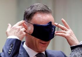 (تصاویر) هایکو ماس وزریرخارجه آلمان در حال برداشتن ماسک