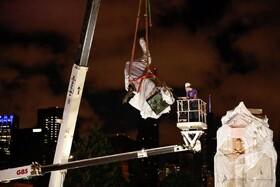(تصاویر) جابجایی مجسمه کریستوف کلمب در شیکاگو در ایلینوییز آمریکا