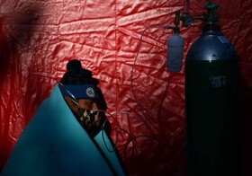 (تصاویر) بیماری در محوطه بیمارستانی در پرو در انتظار کمک پزشکی