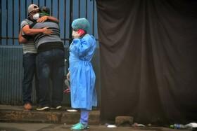 (تصاویر) عزاداری در کنار بیمارستانی در هندوراس برای بیمار کرونایی در گذشته