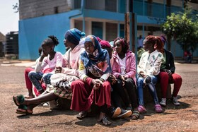 (تصاویر) شاگردان مدرسه ای در نایروبی کنیا در انتظار وسایل بهداشتی مانند ماسک و مایع ضد عفونی کننده برای شرکت در کلاس