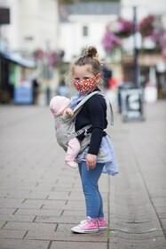 (تصاویر) کودکی با ماسک در انگلیس