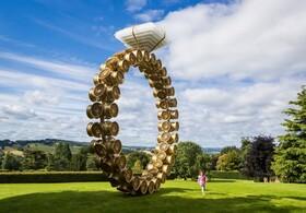 اثری هنری در پارکی در انگلیس به شکل حلقه نامزدی