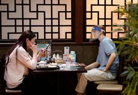 رستورانی در توکیو ژاپن که برای حفظ فاصله اجتماعی مانکن هایی را در کنار مشتری ها گذاشته است