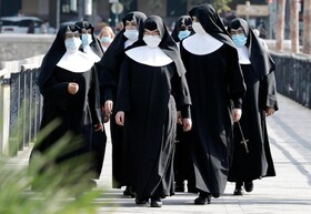 گروهی از راهبه های مسیحی در خیابانی در والنسیای اسپانیا