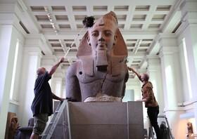 پاکسازی مجسمه رامسس دوم فرعون مصر در موزه لندن برای آماده سازی موزه برای بازگشایی پس از تعطیلات ناشی از کرونا
