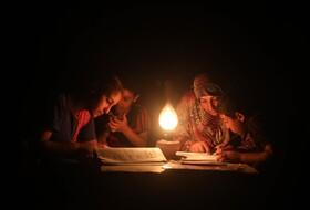 قطع برق خانواده های فلسطینی در خان یونس در نوارغزه
