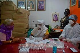 کارکنان بهداشتی در بمبئی در حال بررسی بیماران محله های این شهر در هند