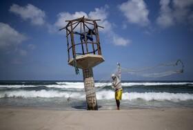 ماهیگیر فلسطینی در غزه برای ماهیگیری آماده می شود