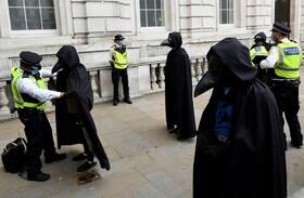 پلیس معترضان محیط زیستی را در لندن بازرسی می کند