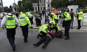 پلیس انگلیس حامیان محیط زیست را که در مقابل مجلس این کشور راه بندان درست کرده اند بازداشت می کند