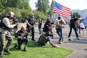 پلیس در تلاش برای جلوگیری یک درگیری میان حامیان ترامپ و مخالفان  در آمریکا