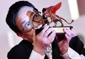کارگردان چینی ان هوئیی جایزه شیرطلای جشنواره سینمایی ونیز را برای یک عمر فعالیت سینمایی دریافت می کند