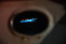 نیروهای نجات در حال نزدیک شدن به قایق مهاجران در مدیترانه