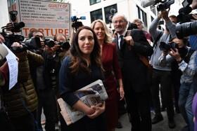 پدر جولین آسانژ همراه وکیل و نامزدش در مقابل دادگاهی در لندن که وی را برای استرداد به آمریکا محاکمه می کند